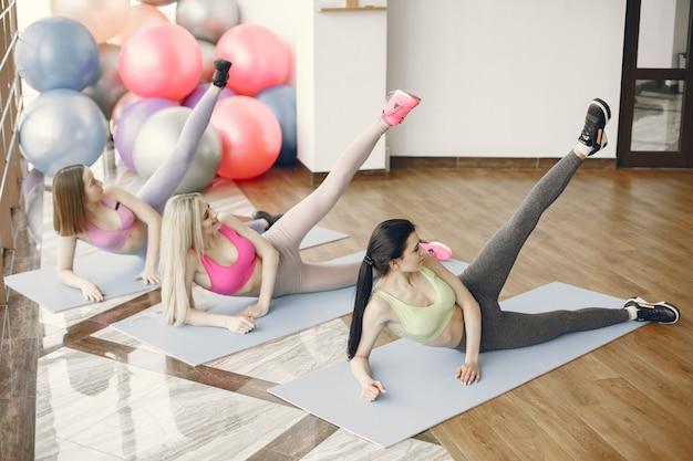 Großes fitnessstudio. sportlicher lebensstil. trainierter körper