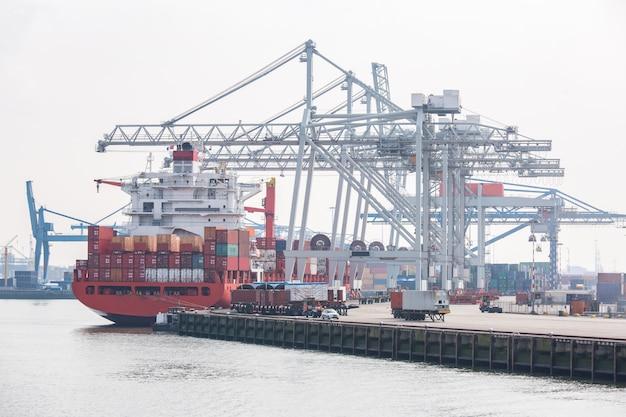 Großes frachtcontainerboot