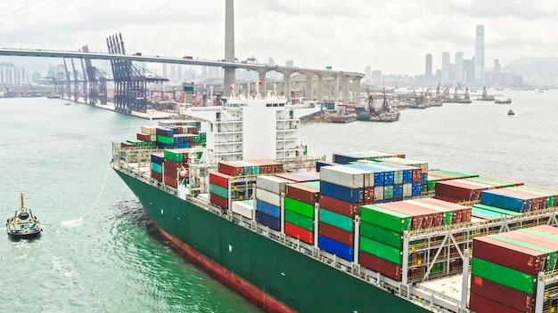Großes frachtschiff, das den versandbehälter ankommt hong kong-hafen transportiert