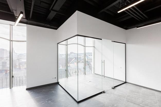 Großes, geräumiges bürozentrum mit panoramafenstern und unmöblierten glastüren