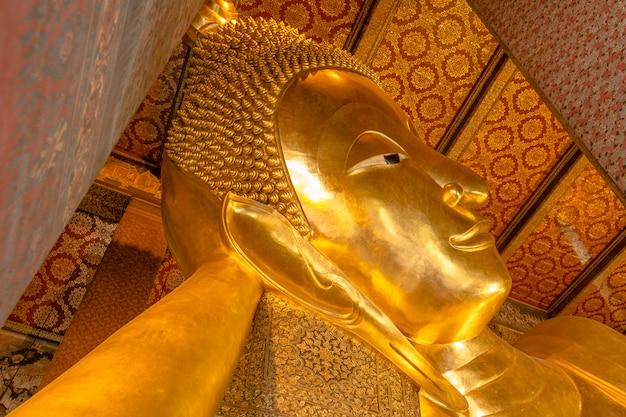 Großes goldenes bild von buddha im thailändischen tempel