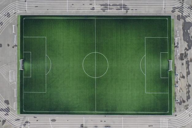 Großes grünes fußballfeld bei stadionnahaufnahme