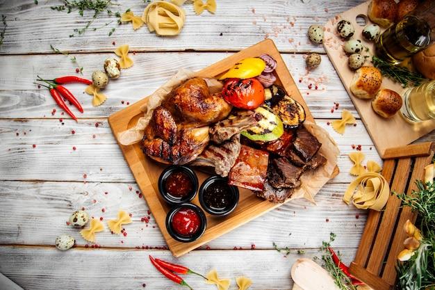 Großes heißes grillfleisch- und gemüseplateau