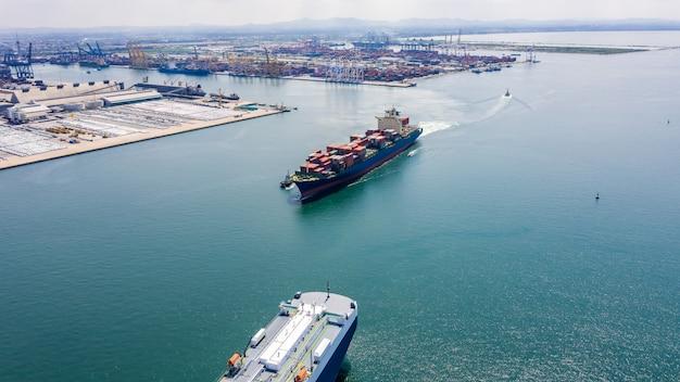 Großes internationales versandgeschäft für service, das frachtcontainer befördert