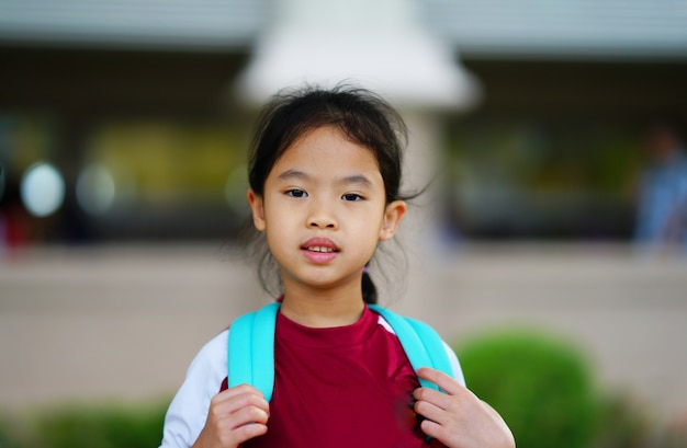 Großes kind mit rucksack gehen zurück zur schule