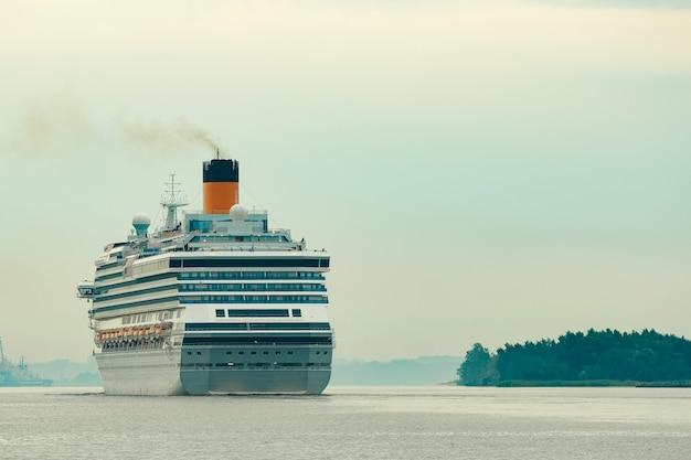 Großes königliches kreuzfahrtschiff unterwegs. reise- und wellnessangebote