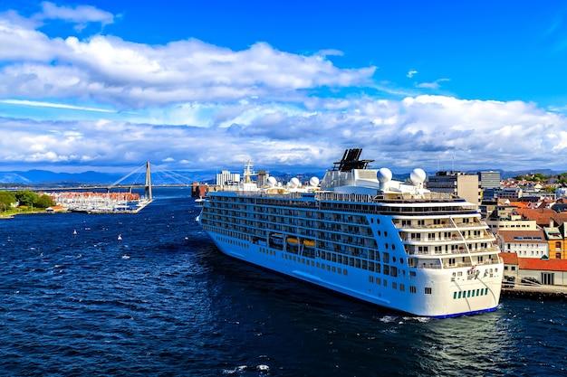 Großes kreuzfahrtschiff im hafen von oslo