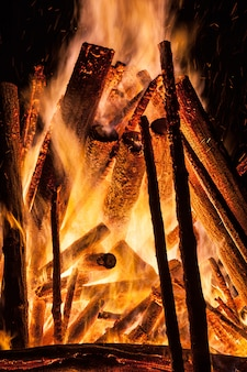 Großes lagerfeuer in der nacht