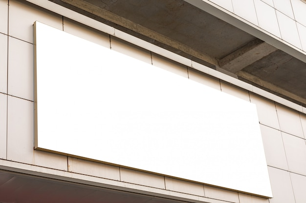 Großes leeres anschlagtafelmodell, das an der wand in der stadtstraße hängt