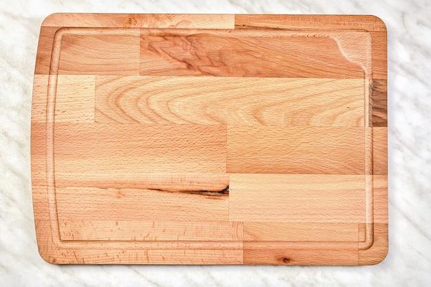 Großes leeres hölzernes küchenschneidebrett aus birkenholz.