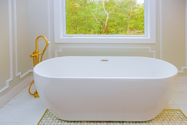Großes möbliertes badezimmer in luxusvilla mit badewanne