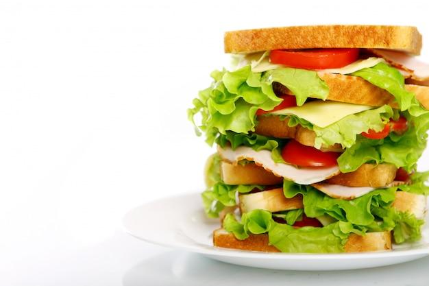 Großes sandwich auf dem teller