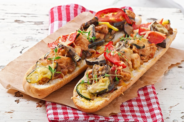 Großes sandwich mit geröstetem gemüse (zucchini, auberginen, tomaten) mit käse und thymian