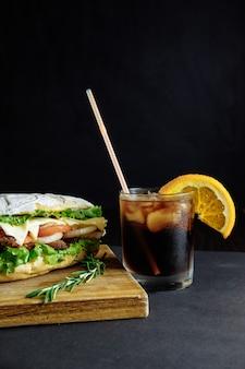 Großes sandwich mit getränkecocktail street food, fast food. hausgemachte burger mit rindfleisch