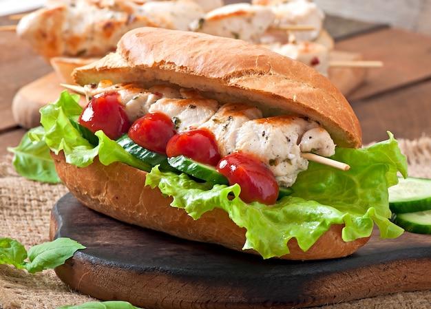 Großes sandwich mit hühnchen-kebab und salat