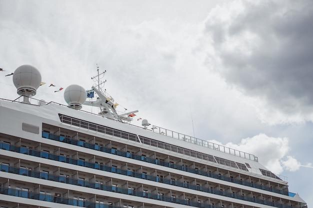 Großes schiff im hafen