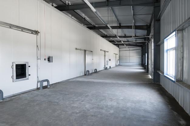 Großes tiefkühllager im werk. fassade mit industrieller tiefkühllagertür