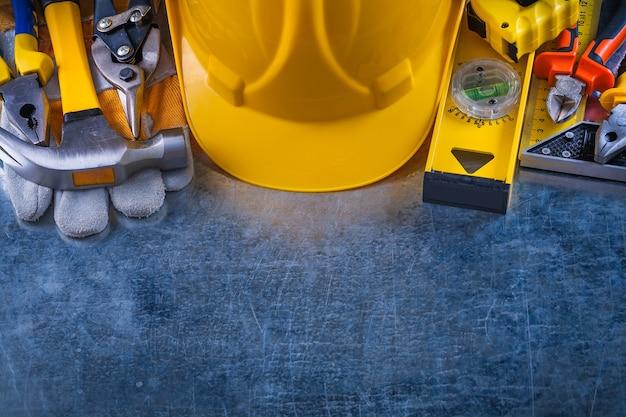 Großes toolset auf zerkratztem vintage metallischem hintergrundkonstruktionskonzept.