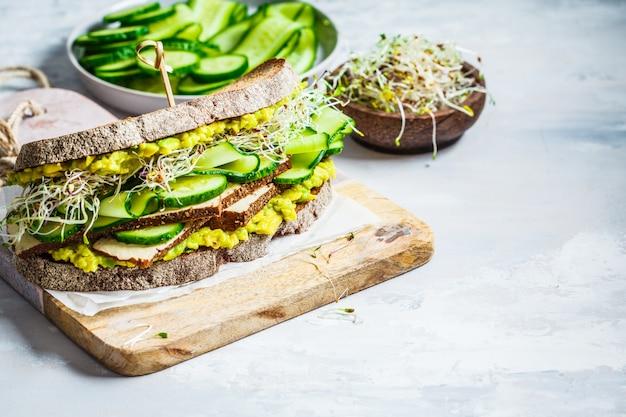 Großes vegetarisches sandwich mit tofu, gemüse und guacamole