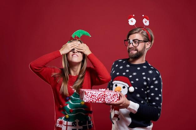 Großes weihnachtsgeschenk für verrückten freund isoliert
