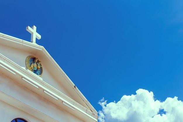 Großes weißes kreuz am blauen himmel