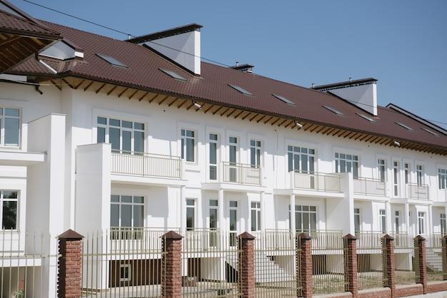 Großes zweistöckiges weißes landhaus