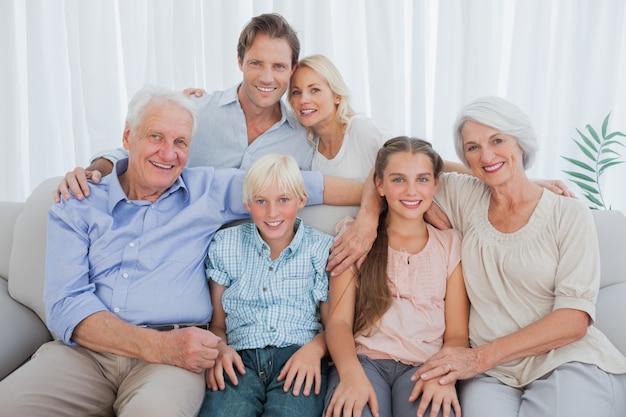 Großfamilie, die an der kamera lächelt