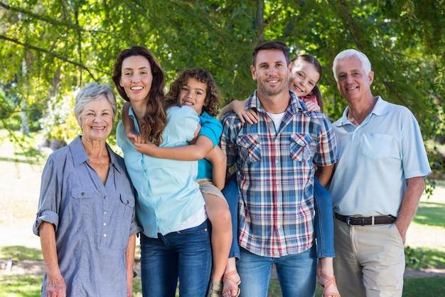 Großfamilie, die im park lächelt
