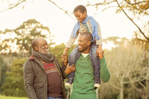 Großfamilie, die mit warmer kleidung aufwirft