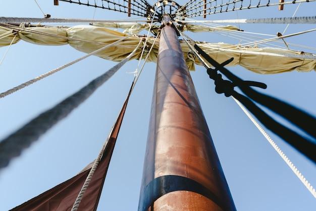 Großmast und strickleitern, um die segel eines segelbootes zu halten.