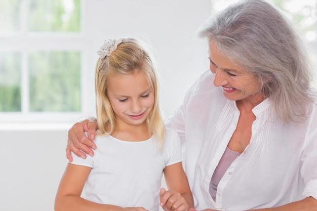 Großmutter, die mit ihrer enkelin spricht