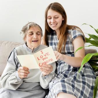 Großmutter glücklich, zeit mit enkelin zu verbringen