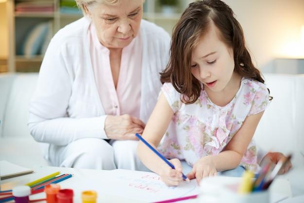 Großmutter helfen, ihre enkelin