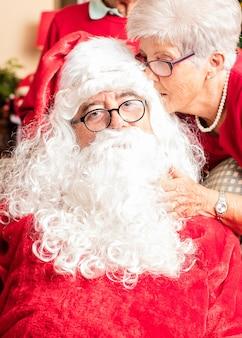 Großmutter im gespräch mit santa claus auf weihnachten