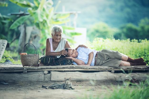 Großmutter mit enkel entspannend