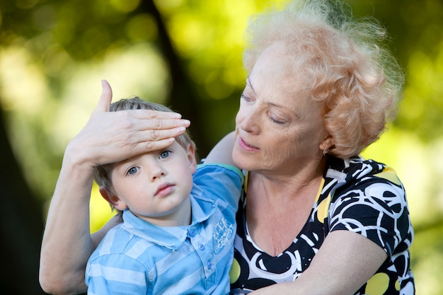 Großmutter mit ihrem enkel im park