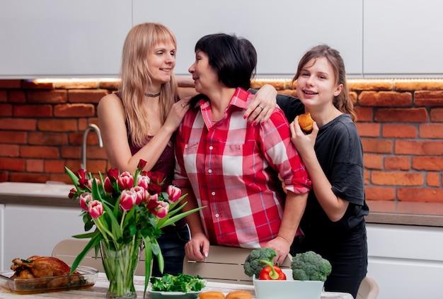 Großmutter, mutter und enkelin kommunizieren in der küche
