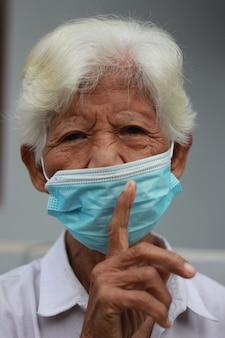 Großmutter trägt eine medizinische maske