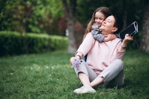 Großmutter und enkel im park