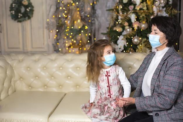 Großmutter und enkelin auf dem sofa im wohnzimmer