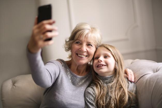 Großmutter und enkelin, die ein selfie nehmen