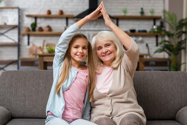 Großmutter und enkelin, die herumalbern