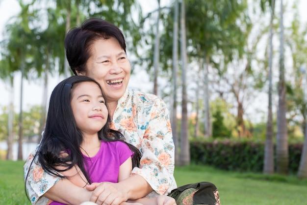 Großmutter und enkelkind, die im park umarmen