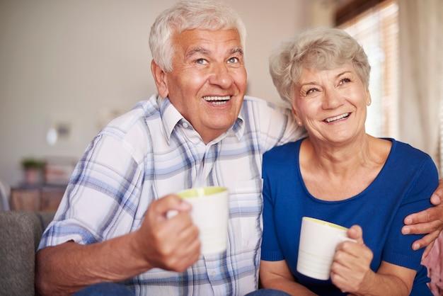 Großmutter und großvater trinken nach dem abendessen tee