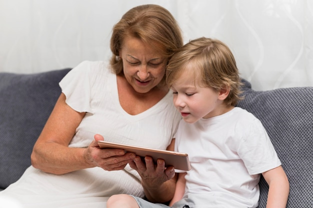 Großmutter und kind mit tablette