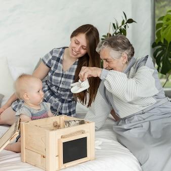 Großmutter verbringt zeit mit der familie