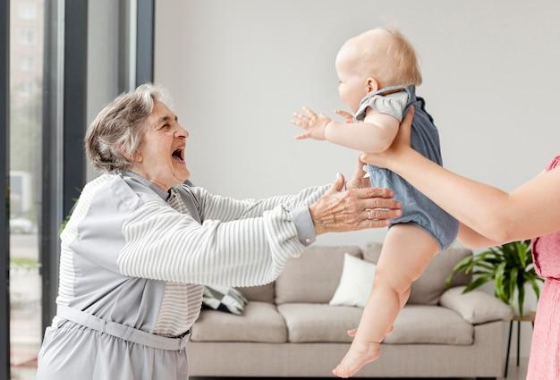 Großmutter verbringt zeit mit enkelkind