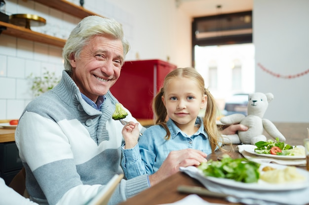 Großvater füttern