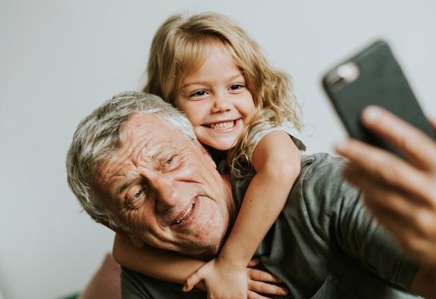 Großvater macht ein selfie mit seiner enkelin