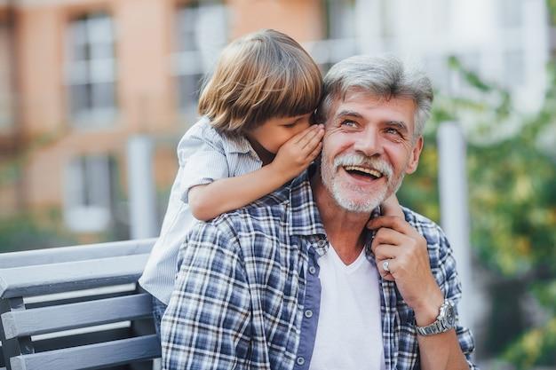 Großvater mit einem enkel auf einem spaziergang